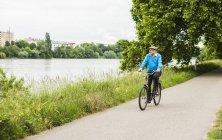 Senior man fietsten - foto de stock