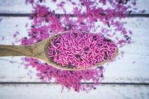 Rosado arroz basmati orgánico en cuchara - foto de stock