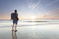 Homme de Danemark, Romo, avec commandes de sac à dos au front de mer coucher du soleil — Photo de stock