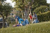 Щаслива родина, граючи в літній сад — стокове фото