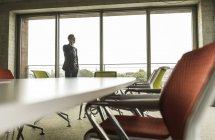 Конференц-зал с бизнесменом на телефоне — стоковое фото