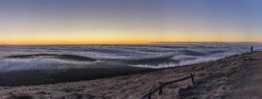 Германия, Саксония-Анхальт, Национальный парк Гарц, атмосферные инверсии в Брокен вечером — стоковое фото