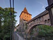 Германия, Нюрнберг, Кеттенштег и Шлайертурм на реке Пегниц — стоковое фото