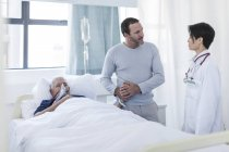 Доктор, говорить с человеком посещение пациента в больнице — стоковое фото