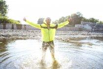 Uomo in abbigliamento sportivo tifo in acqua — Foto stock