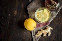 Vista superior de la infusión caliente de limón y jengibre con miel - foto de stock