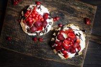 Pavlova con panna montata, guarnizione di frutta e salsa al cioccolato — Foto stock