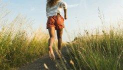 Молода жінка працює на шлях у поле — стокове фото