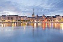 Svezia, Stoccolma, Veduta di Gamla Stan con la Chiesa tedesca alla luce della sera — Foto stock