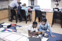 Школярів в класі робототехніки, випробування транспортного засобу на тестуванням на треку — стокове фото