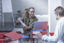 Empresários juntos em oficina moderna — Fotografia de Stock