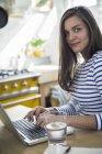 Mulher usando laptop — Fotografia de Stock
