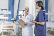 Two female madics talking in hospital — Stock Photo