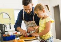 Vater und Tochter in Küche beim Zubereiten von Obstkuchen — Stockfoto