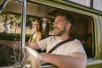 Couple souriant en van sur un road trip — Photo de stock