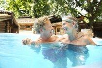 Счастливая пожилая пара в бассейне спа — стоковое фото