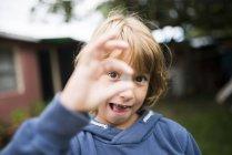 Retrato de menino fazendo caretas — Fotografia de Stock