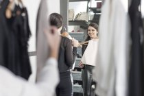 Frau mit Top Blick in Spiegel in einer boutique — Stockfoto