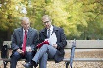 Hommes d'affaires, lecture du document — Photo de stock