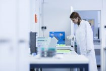 Лаборант, работающий в клинической лаборатории — стоковое фото