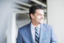 Portrait d'homme d'affaires souriant à la recherche à distance — Photo de stock