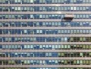 Belgio, Bruxelles, quartiere europeo, edificio Charlemagne, Commissione europea e lavavetri durante il lavoro — Foto stock