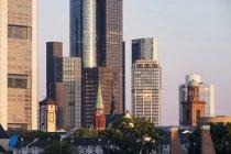 Germania, Assia, Francoforte, Langer Franz, Chiesa di San Nicola, Chiesa di San Paolo di fronte a grattacielo, quartiere finanziario al mattino — Foto stock