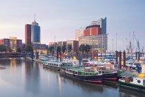 Germania, Amburgo, Elbphilharmonie e porto al crepuscolo — Foto stock
