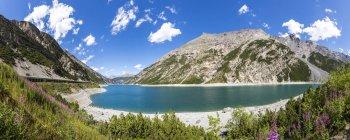 Itália, Lombardia, província de Sondrio, Livigno, lago artificial, Lago del Gallo e rochas sobre a água — Fotografia de Stock