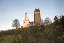 Austria, Tirol, Schwaz, vista al castillo Freundsberg - foto de stock