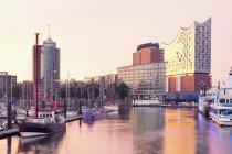 Germania, Amburgo, Elbphilharmonie e porto in luce del mattino — Foto stock