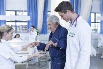 Krankenhaus Personal unterstützen ältere Patienten — Stockfoto