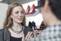 Продавець консультування жінка в бутік — стокове фото