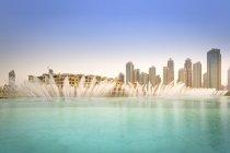 Emiratos Árabes Unidos, Dubai, Fuente en el lago Burj Khalifa con Souk Al Bahar - foto de stock