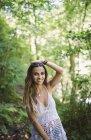 Retrato de uma mulher sorridente na floresta — Fotografia de Stock