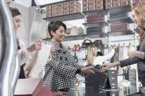 Mulher compras em boutique de luxo — Fotografia de Stock