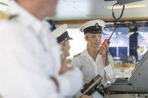 Deck Offizier auf der Brücke sprechen im radio — Stockfoto