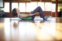 Frau im Fitness-Studio Abdominal-Trainiing zu tun — Stockfoto