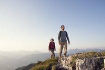 Autriche, Tyrol, randonnée en couple à Unterberghorn — Photo de stock