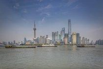 Skyline de Pudong avec cargos sur la rivière Huangpu, Shanghai, Chine — Photo de stock