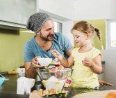 Padre e figlia di cottura in cucina — Foto stock