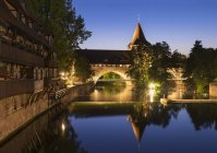 Германия, Нюрнберг, Кеттенштег и Фронвест со Шлайертурмом на реке Пегниц — стоковое фото