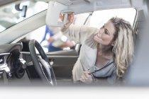 Жінка слідчим новий автомобіль — стокове фото