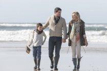 Famiglia passeggiando sulla spiaggia a bella natura — Foto stock