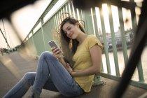 Donna seduta sul ponte sul Reno — Foto stock