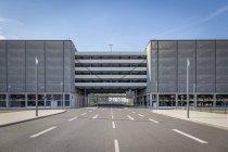 Alemanha, Berlim Brandenburg aeroporto, parque de estacionamento e estrada vazia — Fotografia de Stock