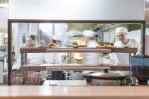 Nos chefs en cuisine de restaurant — Photo de stock