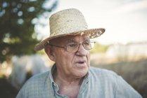 Portrait d'agriculteur portant chapeau de paille — Photo de stock