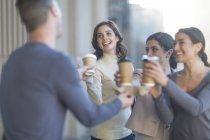 Коллеги пьют кофе в городе — стоковое фото