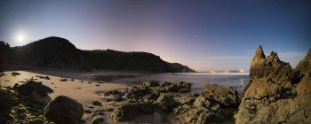 Espagne, Galice, Valdovino, vue panoramique sur une plage Campelo nuit — Photo de stock